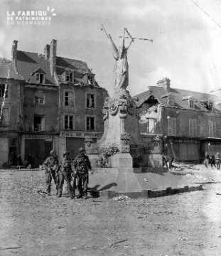 Soldats américains prés du Monument aux Morts
