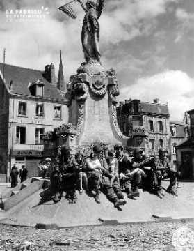 Enfants et soldats au pied du monument aux morts
