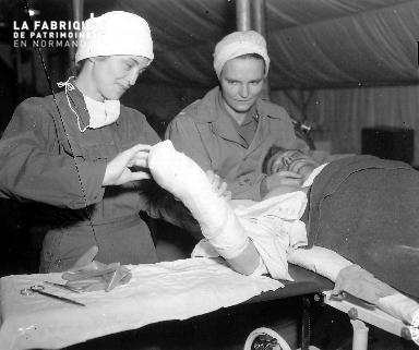 Deux infirmières soignent un blessé
