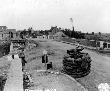 Policier militaire fait  la circulation à Carentan