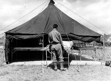 Soldat américain installant un lit