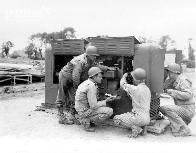 Soldats américains près d'un générateur