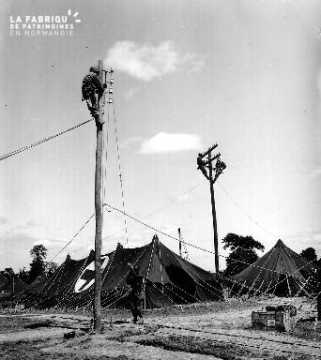 Campement militaire américain, tente de la Croix Rouge