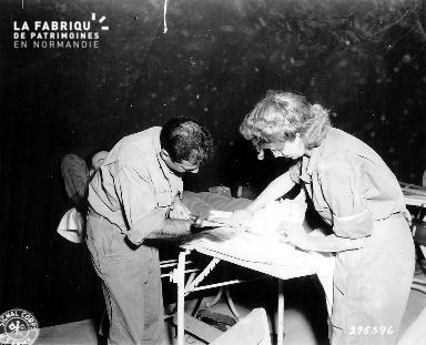 Infirmière et médecin découpant un plâtre