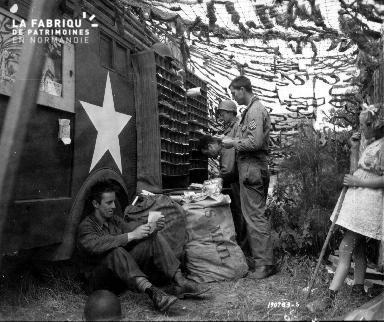 Soldats américains au tri du courrier