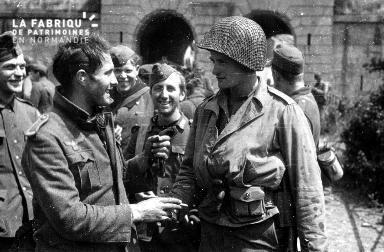 Poignée de main et sourire entre ennemis