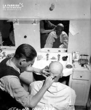 Soldat se faisant raser la tête