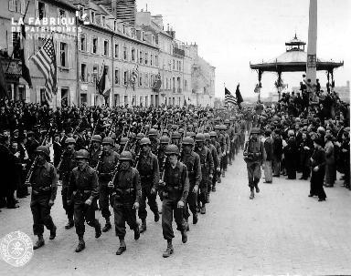 Défilé militaires prés du kiosque à Cherbourg