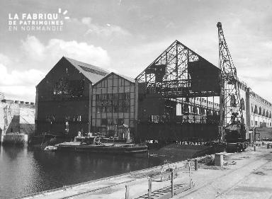 Hangars détruits sur le port de Cherbourg