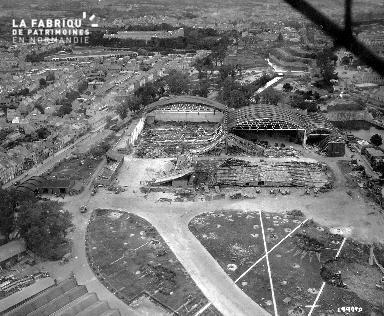 Vue aérienne des hangars démolis sur le port de Cherbourg