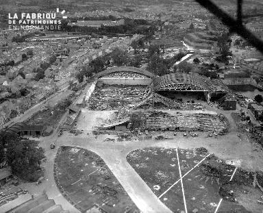 Vue aérienne d'hangars démolis à Cherbourg