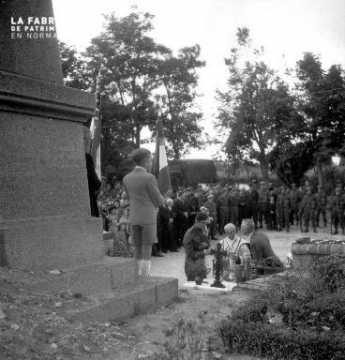 Garçon devant le Monument aux Morts de Rots