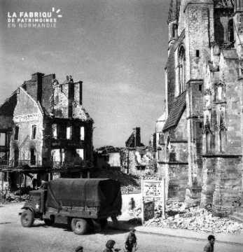 Camion canadien dans les ruines de Falaise