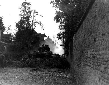 Char et soldats canadiens au combat à Falaise