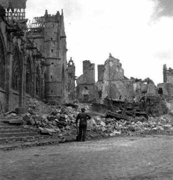 Soldat canadien devant les ruines de l'église Saint-Gervais