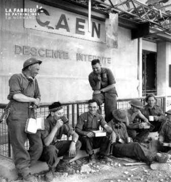 Soldats canadiens autour d'un mug à Caen