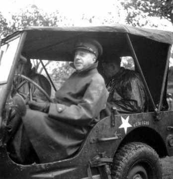 Lieutenant-général Henry Duncan Graham Crerar au volant d'une jeep