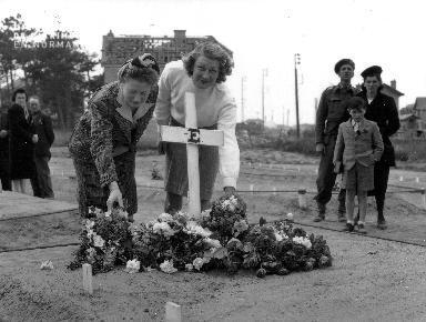 Recueillement sur la tombe d'un soldat canadien