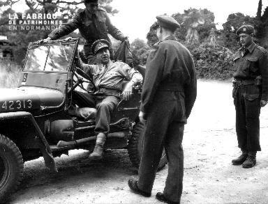 Arrivée du lieutenant Général Harry Crerar à bord d'une jeep