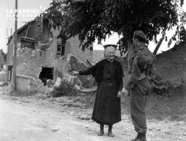 Soldat et vieille femme en pleine discussion