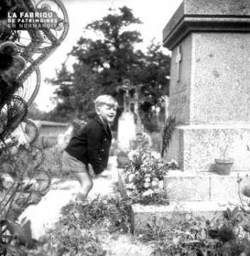 Enfant prés du monument aux morts