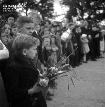 Garçon au bouquet de fleurs