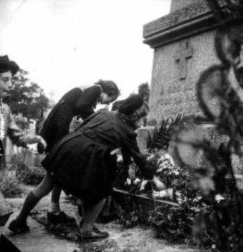 Jeune fille devant le monument aux morts