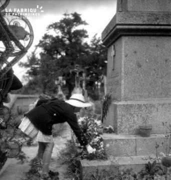 Petite fille devant le monument aux morts