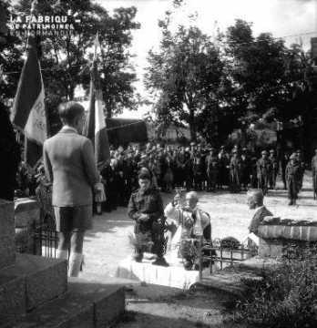 Jeune garçon devant le Monument aux Morts