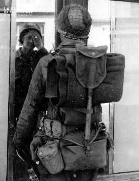 Soldat américain devant un miroir