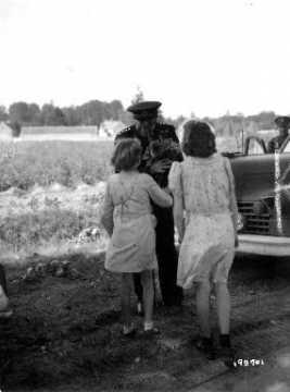 Eisenhower et deux jeunes filles à Chambois