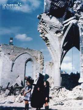 Enfants et religieuse devant les ruines de l'église Saint Malo à Valognes