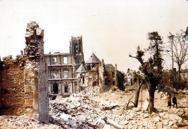Normands parmi les ruines de Saint-Lô
