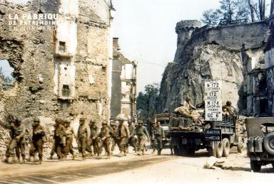 Troupes militaires dans les ruines de Saint-Lô