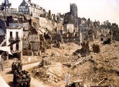 Traversée de Saint-Lô en ruine
