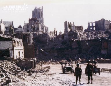 Soldats parmi les ruines de Saint-Lô