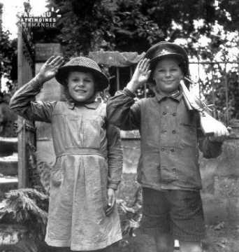 Salut militaire canadien par des enfants