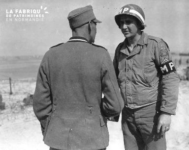 Entretien entre un prisonnier allemand et un soldat MP américain