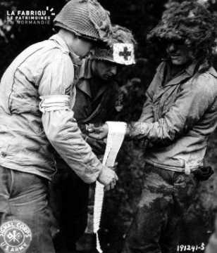 Soins apportés à un soldat américain blessé à la main