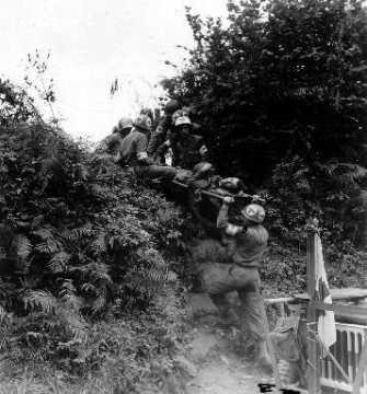 Soldats américains évacuant un blessé