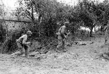 Soldats américains progressant avec prudence