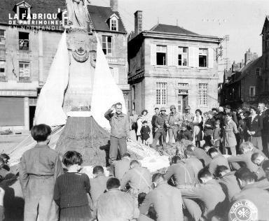 Commémoration devant le monument aux morts à Carentan