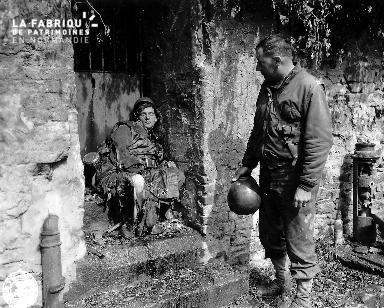 Soldat américain devant le cadavre d'un soldat allemand