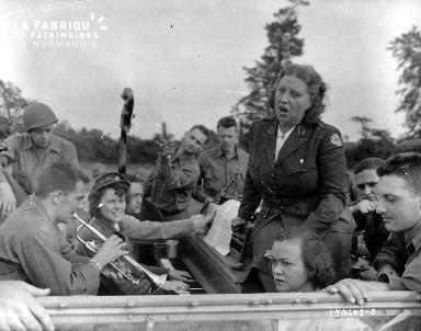 Pause musicale à bord d'un véhicule militaire