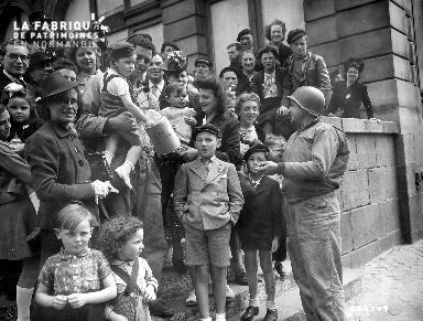 Groupe de civils avec soldat américains