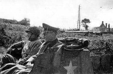 Portrait des généraux Manton et Sattler à bord d'un véhicule militaire