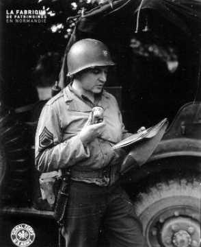Soldat américain annonçant la reddition des troupes allemandes à Cherbourg