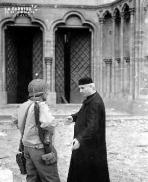 Cathédrale de Coutances : un officier américain et le curé