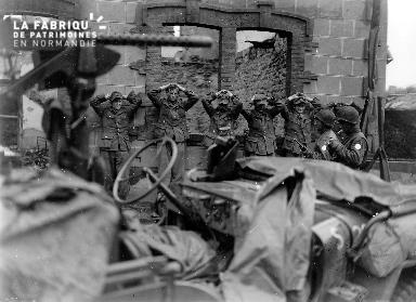 Soldats allemands prisonniers mains sur la tête
