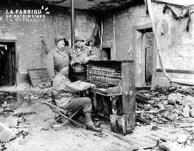 Soldats américains réunis autour d'un piano